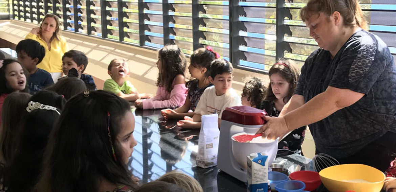 """Workshop de """"cupcakes"""" para alunos do """"kids club"""" da Casa Thomas Jefferson"""